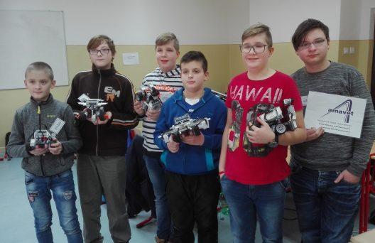 chlapci so svojimi robotickými modelmi
